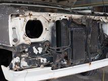 Vecchio e radiatore sporco dell'automobile del sistema del combustibile diesel nel garage fotografia stock libera da diritti