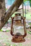 Vecchio e Rusty Vintage Kerosene Lantern nel giardino all'aperto fotografie stock