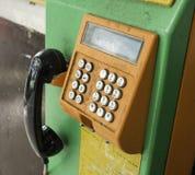 Vecchio e telefono sporco della moneta Fotografie Stock Libere da Diritti