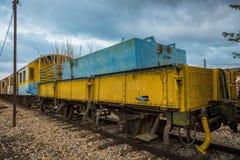 Vecchio e treno passeggeri abbandonato fotografia stock