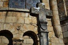Vecchio ed incrocio di pietra cristiano stagionato Immagini Stock