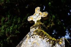 Vecchio ed incrocio di pietra cristiano stagionato in cimitero Fotografie Stock Libere da Diritti