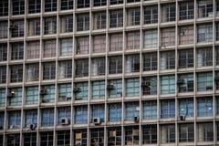 Vecchio edificio per uffici con i ciechi verdi e del blu di rosso, Fotografia Stock Libera da Diritti