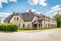 Vecchio edificio residenziale in Gulbene, Lettonia Fotografie Stock Libere da Diritti