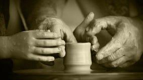 Vecchio effetto del film - il vasaio anziano lavora in officina video d archivio