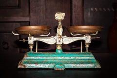Vecchio equilibrio dorato della bilancia, vecchia scala antica, ol d'annata Immagini Stock