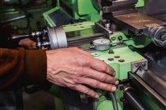 Vecchio equipaggia la mano su una vecchia macchina del tornio immagine stock libera da diritti