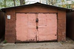 Vecchio esterno metallico della porta del garage Fotografia Stock Libera da Diritti