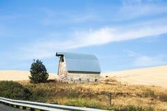 Vecchio fabbricato agricolo nel terreno coltivabile del deserto Immagine Stock