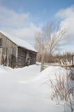 Vecchio fabbricato agricolo un giorno di inverno soleggiato con il paesaggio della neve Fotografia Stock