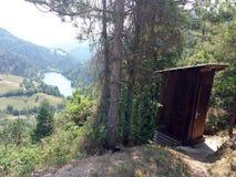 Vecchio fabbricato annesso di legno per i turisti ad una foresta con una vista del lago Fotografia Stock Libera da Diritti