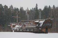Vecchio fantasma tre-alberato di legno della nave-un in una foresta e fondo di caduta della neve come fase della fucilazione di f Fotografia Stock