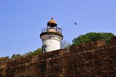 Vecchio faro coloniale e vecchia parete della fortezza della fortificazione di Tellicherry Fotografia Stock Libera da Diritti