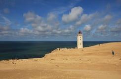 Vecchio faro coperto parzialmente da un'alta duna di sabbia Rubjerg Knude, Danimarca Fotografia Stock