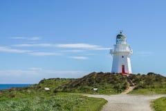 Vecchio faro d'annata alla spiaggia in Nuova Zelanda Immagine Stock Libera da Diritti