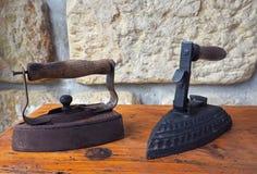 Vecchio ferro antico arrugginito due con la maniglia di legno sul vecchio scrittorio di legno immagini stock
