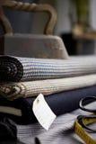 Vecchio ferro in cima ad una collezione di tessuti Immagine Stock