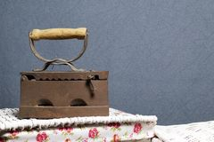 Vecchio ferro, riscaldato dai carboni caldi Individuato sull'i canestri di vimini immagine stock libera da diritti