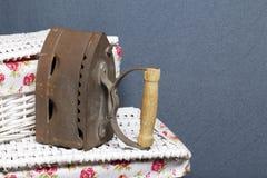 Vecchio ferro, riscaldato dai carboni caldi Individuato sull'i canestri di vimini immagini stock