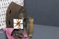 Vecchio ferro, riscaldato dai carboni caldi Individuato vicino all'i canestri di vimini Vicino ad un mazzo dei fiori secchi e di  fotografia stock libera da diritti