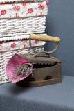Vecchio ferro, riscaldato dai carboni caldi Individuato vicino all'i canestri di vimini Un mazzo dei fiori secchi è incastonato n fotografie stock