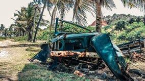 Vecchio ferro un'automobile in mezzo alla natura Fotografia Stock