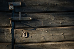 Vecchio fissi la porta di granaio alla luce di pomeriggio Fotografia Stock