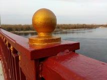 Vecchio fiume di Dniepr del ponte immagini stock