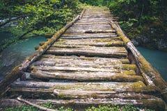 Vecchio fiume eccessivo del ponte di legno Fotografia Stock