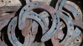 Vecchio fondo arrugginito dei ferri di cavallo. Fotografia Stock