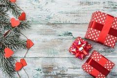 Vecchio fondo bianco di legno Albero di abete con i cuori rossi Cartolina d'auguri Spazio per il messaggio e le feste del ` s di  Fotografia Stock Libera da Diritti