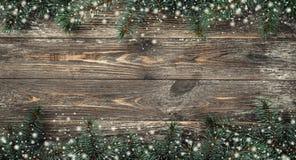 Vecchio fondo di legno con i rami dell'abete Spazio per un messaggio di saluto Cartolina di Natale Vista superiore Fiocchi di nev fotografia stock