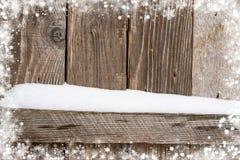 Vecchio fondo di legno con neve e una struttura dei fiocchi di neve Fotografia Stock Libera da Diritti
