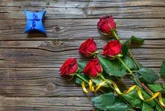 Vecchio fondo di legno scheggiato con le rose staccate immagini stock libere da diritti