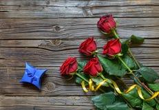 Vecchio fondo di legno scheggiato con le rose staccate immagine stock