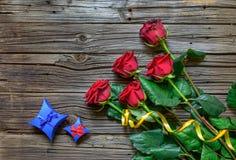 Vecchio fondo di legno scheggiato con le rose staccate fotografie stock libere da diritti