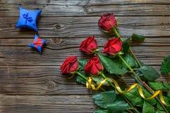 Vecchio fondo di legno scheggiato con le rose staccate fotografia stock