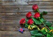 Vecchio fondo di legno scheggiato con le rose staccate fotografia stock libera da diritti