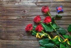 Vecchio fondo di legno scheggiato con le rose staccate immagine stock libera da diritti