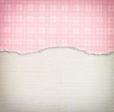 Vecchio fondo di struttura della tela con il modello delicato delle bande e la carta lacerata d'annata rosa Fotografia Stock