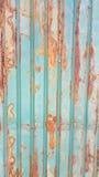 Vecchio fondo galvanizzato arrugginito e sporco verde dello strato del recinto Fotografie Stock Libere da Diritti