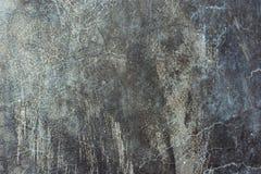 Vecchio fondo graffiato afflitto del muro di cemento del cemento con struttura grungy Colori bluastri grigi e tonalità del nero d immagini stock libere da diritti