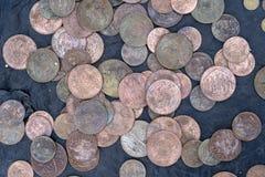 Vecchio, fondo indiano d'annata delle monete nel mercato indiano sulla via in Rishikesh, India fotografia stock libera da diritti