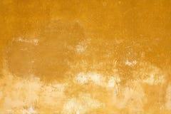 Vecchio fondo sbiadito giallo di struttura della parete in Italia immagini stock