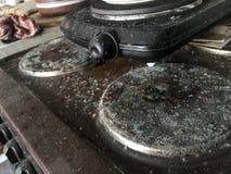 Vecchio, fornello inutilizzato, sporco e ammuffito immagine stock libera da diritti