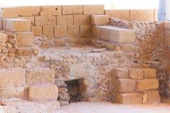 Vecchio forno di pietra romano nel sito archeologico di Cesarea vicino a He fotografia stock libera da diritti