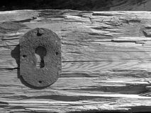 Vecchio foro chiave ed ambiti di provenienza di legno Fotografie Stock