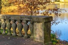 Vecchio frammento del ponte di pietra fotografie stock