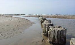 Vecchio frangiflutti di legno che entra in Mar Baltico Immagine Stock Libera da Diritti