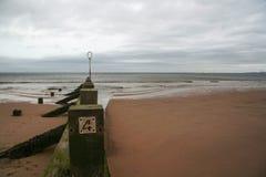 Vecchio frangiflutti di legno, con il numero 4 su, giorno nuvoloso, mare in BAC immagine stock libera da diritti